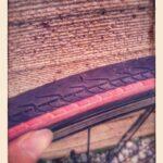 タイヤにガラス片が刺さってチューブ交換